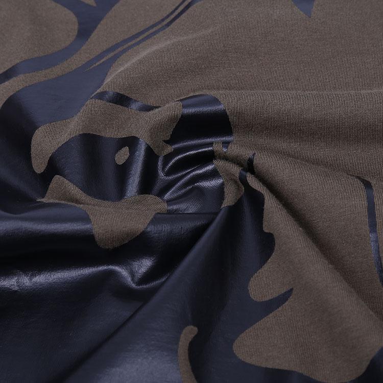Versace于1978年创立于意大利,涉及包括服饰、腕表、香水、眼镜、丝巾、领带、家具产品、等各个领域。Versace标志设计运用象征的手法,采用神话中蛇妖美杜莎的造型作为精神象征所在,汲取古希腊、埃及、印度等的瑰丽文化打造而成。美杜莎代表着致命的吸引力,它象征着范思哲不仅有着超脱歌剧式的华丽,极强的先锋潮流艺术特征受到世人的追捧。Versace代表着一个品牌家族,一个时尚帝国。它的设计风格鲜明,是独特的美感极强的先锋艺术的象征。,Versace的时尚产品已渗透到了生活的每个领域。