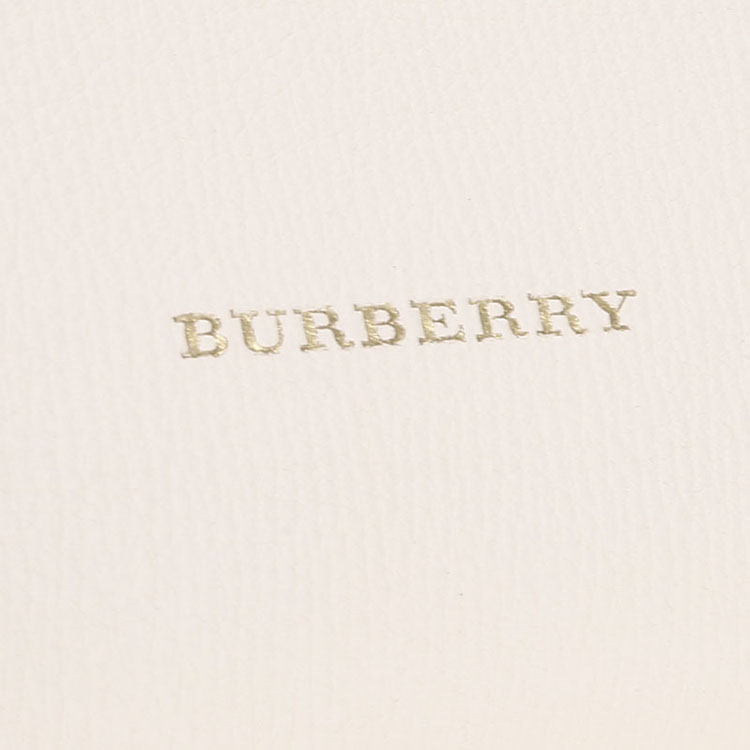 Burberry 拥有156年的历史,是具有浓厚英伦风情的知名品牌,主要以经营服饰为主。长久以来成为奢华、品质、创新以及永恒经典的代名词,Burberry旗下产品有:女装、女装配饰、手袋和鞋履、男装、男装配饰、童装、美妆、香水、家居用品等。其中旗下的风衣作为品牌标识享誉全球。