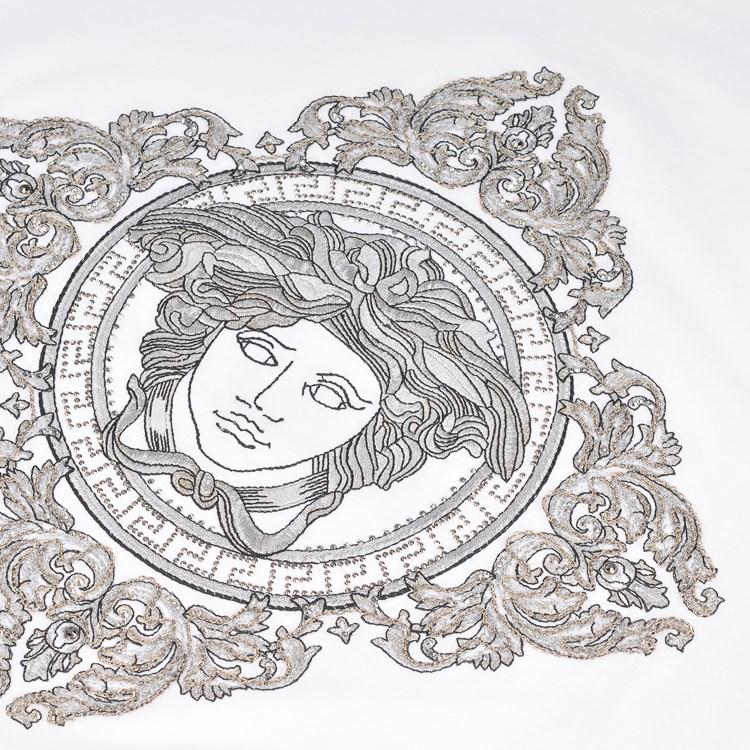 versace标志设计运用象征的手法,采用神话中蛇妖美杜莎的造型作为精神图片