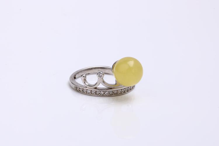 鼎艺珠宝鼎力经营珠宝玉石三十多年,是中国知名品牌。公司主要经营翡翠饰品、摆件、和田玉、琥珀蜜蜡、南红等高档珠宝。每一款由鼎艺出品的珠宝,设计上都独具匠心、巧夺天工,具有极高的艺术收藏价值和传承价值。鼎艺鼎聚自然,艺韵内涵的品牌理念,让在地下经历亿万年修炼的玉石,在人文与艺术底蕴的结合下, 幻化成宝物,与您相见。玉之美在于温润典雅,变幻无穷。鼎艺匠心做好每一块玉,让玉石闪烁最美的灵气。