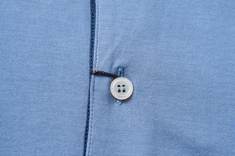 意大利原产 一款两色 素色纯棉针织面料,袖口领子撞色线条装饰 手感柔软,富有弹性,吸湿透气性优良 不起球、无静电,对皮肤无刺激,穿着舒适无紧绷感 意大利设计师针对亚洲人体型精心设计 更加适合亚洲人穿着 彰显具有风度的优雅气质 甄选高品质面料 为政商精英 都市新贵 提供更加舒适的穿着体验