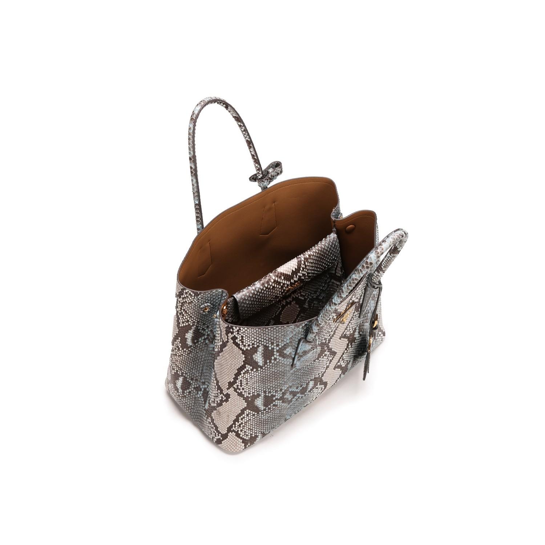 意大利品牌Prada于1913年在米兰创建,提供男女成衣、皮具、鞋履、眼镜及香水,并提供量身定制服务。Miuccia Prada的独特天赋在于对新创意的不懈追求,融合了对知识的好奇心和文化兴趣,从而开辟了先驱之路。她不仅能够预测时尚趋势,更能够引领时尚潮流。1919年,Prada品牌被指定为意大利皇室(Italian Royal Household)的官方供应商,也因此被授予塞沃家族的盾徽和结绳标记的使用资格,成为Prada品牌标识中的组成元素。